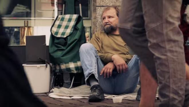 A hajléktalanhoz odalépett egy fiatal srác, és elkérte a műanyag vödrét...