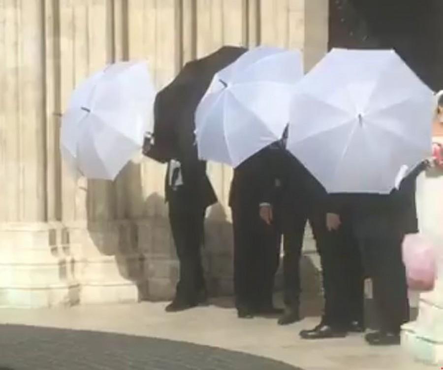 Rúzsa Magdi esküvőjén annyi ernyő volt, hogy csuda, bár egy csepp eső sem esett!