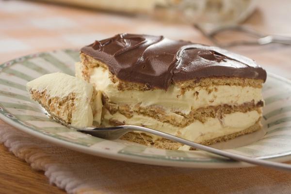 Ha finomat szeretnél enni, de nem akarod bekapcsolni a sütőt, itt egy könnyű krémes szelet! Gyors recept!