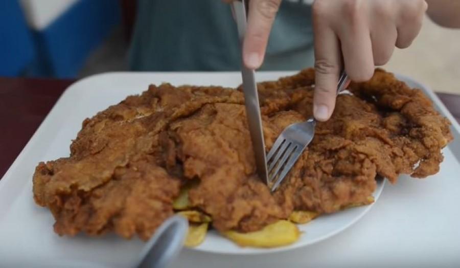 Egy magyar étterem, ahol akkora egy rántott szelet, hogy lelóg a tányérról. Ezt látni kell!