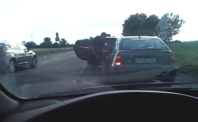AKI TUDJA, OSSZA MEG! ► Megint egy brutális autós huligán! ► KERESSÜK!
