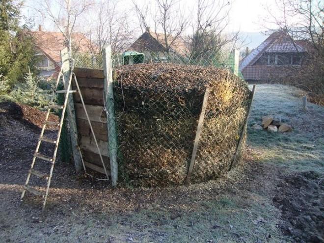 Ezzel a komposzttoronnyal végig tudja fűteni a telet! Sőt meleg vizet is innen nyer!