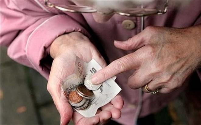 Idős néni állt a pénztárnál, és nem volt elég pénze, hogy fizessen