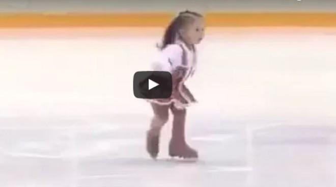 Ne hagyd ki: ennek a 2 éves kislánynak a jégtáncát egyszerűen látni kell!