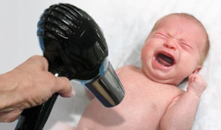 Egy hajszárítóval égette össze a kisbabáját a magyar apuka. Az internetről vette az ötlete,