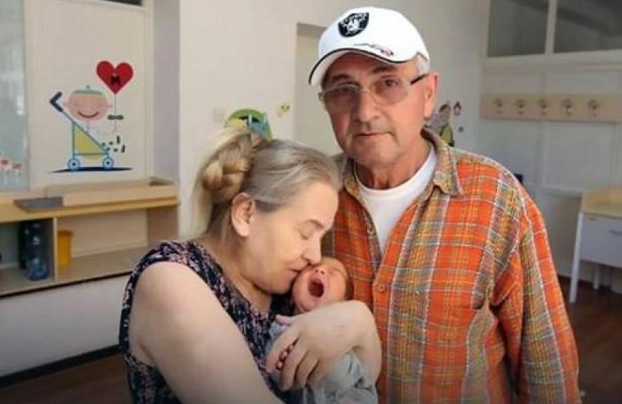 60 évesen szülte meg első gyerekét a nő, de a férje még aznap eldöntötte, elhagyja őket