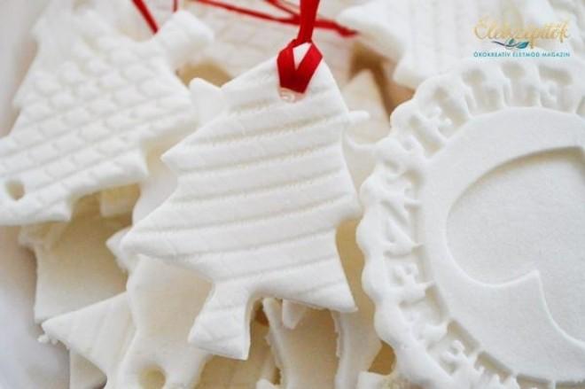 Hófehér, csillám karácsonyfadíszek szódabikarbónából. Sötétben világítanak és illatosak!