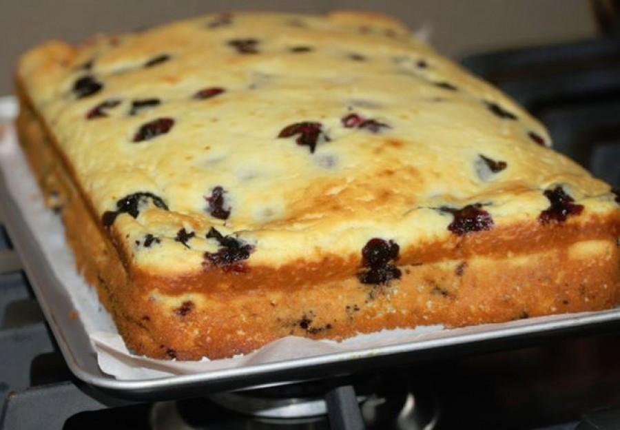 Túrós grízes kevert süti, csak keverd az áfonyát a masszába és már mehet is a sütőbe!